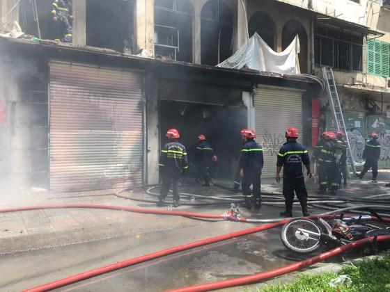 Cháy lớn tại dãy nhà trên đường Trần Hưng Đạo, quận 1 ảnh 2