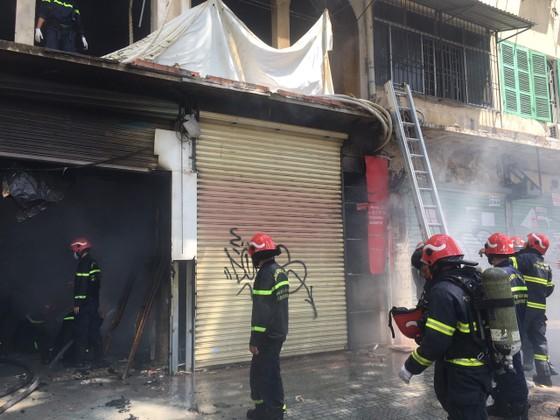 Cháy lớn tại dãy nhà trên đường Trần Hưng Đạo, quận 1 ảnh 3