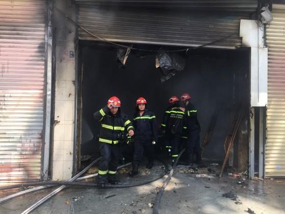Cháy lớn tại dãy nhà trên đường Trần Hưng Đạo, quận 1 ảnh 4