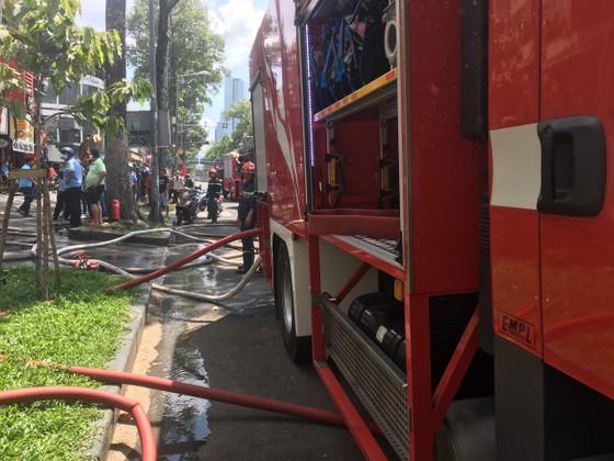 Cháy lớn tại dãy nhà trên đường Trần Hưng Đạo, quận 1 ảnh 7