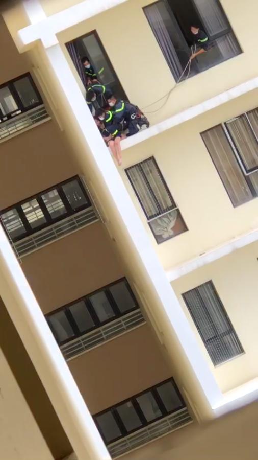 Nghẹt thở giải cứu cô gái ở tầng 18 của chung cư quận 7 ảnh 3