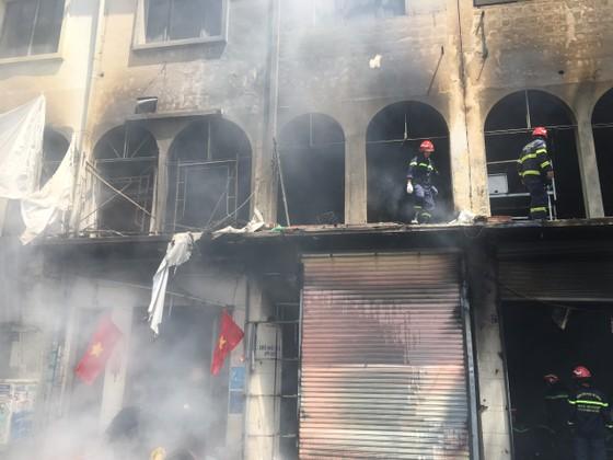 Tạm giữ một số người liên quan trong vụ cháy ở đường Trần Hưng Đạo, quận 1 ảnh 1