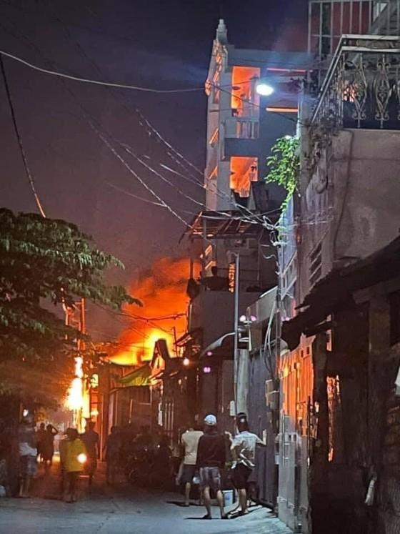 Cháy lớn tại xưởng sản xuất ghế sofa ở quận Bình Tân ảnh 2