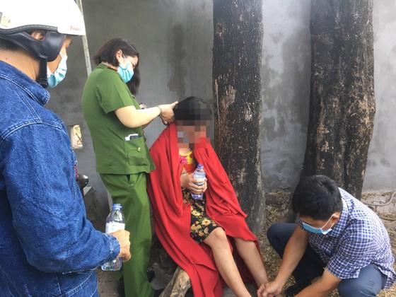 Giải cứu người phụ nữ leo lên cột điện cao thế ở TP Thủ Đức ảnh 3