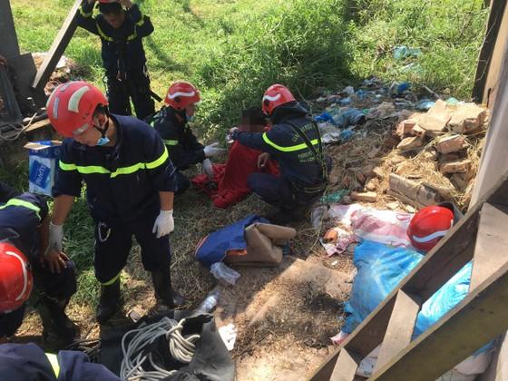 Giải cứu người phụ nữ leo lên cột điện cao thế ở TP Thủ Đức ảnh 2