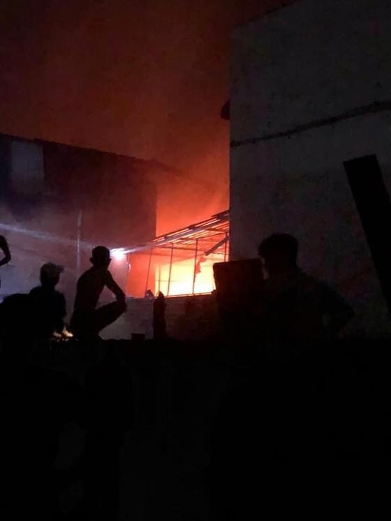 Cháy lớn tại xưởng sản xuất ghế sofa ở quận Bình Tân ảnh 1