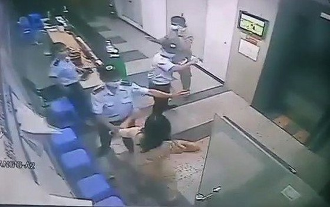 Điều tra vụ người phụ nữ ẩu đả với bảo vệ chung cư vì bị nhắc nhở đeo khẩu trang ảnh 1