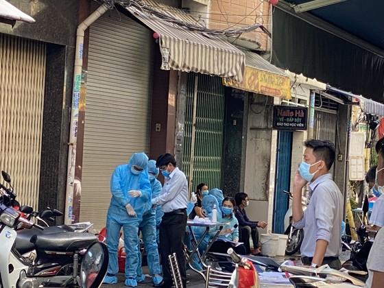 Phong toả con hẻm đường Nguyễn Đình Chiểu do có ca nghi mắc Covid-19 ảnh 6