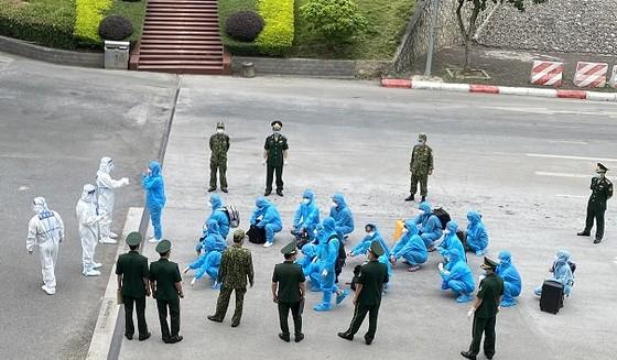 Công an TPHCM tiếp tục trục xuất 13 người nước ngoài nhập cảnh trái phép ảnh 1