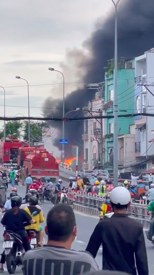 Nhà dưới cầu Chánh Hưng, quận 8 bốc cháy kèm nhiều tiếng nổ ảnh 1