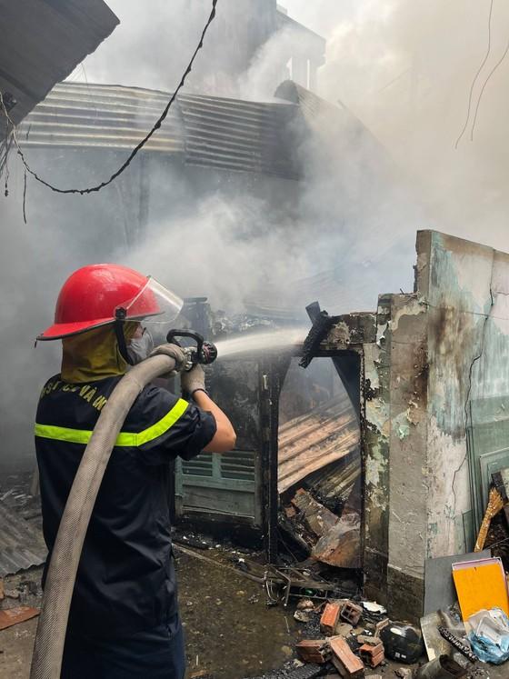 Nhà dưới cầu Chánh Hưng, quận 8 bốc cháy kèm nhiều tiếng nổ ảnh 3
