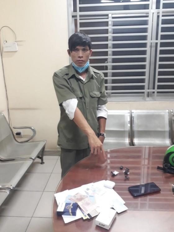 Thanh niên giả dân phòng mua ma túy sử dụng ảnh 1