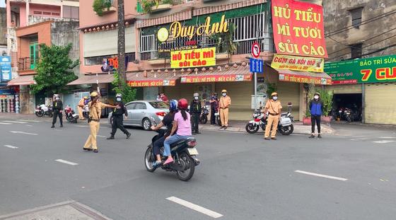Công an quận Tân Bình tăng cường kiểm soát người tham gia giao thông thực hiện Chỉ thị 16 ảnh 1