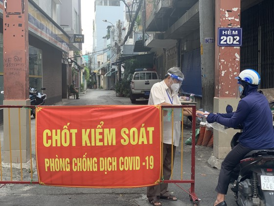 Công an quận Tân Bình tăng cường kiểm soát người tham gia giao thông thực hiện Chỉ thị 16 ảnh 4