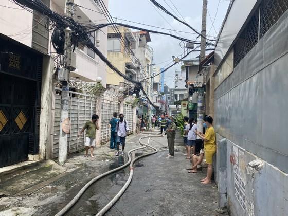 Cảnh sát giải cứu 5 người mắc kẹt và hướng dẫn 35 người thoát khỏi vụ cháy nhà ở quận 10 ảnh 1