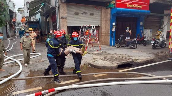 Cảnh sát giải cứu 5 người mắc kẹt và hướng dẫn 35 người thoát khỏi vụ cháy nhà ở quận 10 ảnh 7