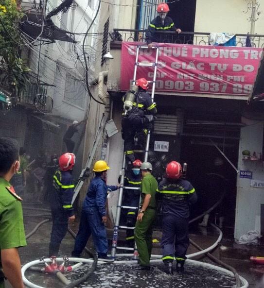 Cảnh sát giải cứu 5 người mắc kẹt và hướng dẫn 35 người thoát khỏi vụ cháy nhà ở quận 10 ảnh 3