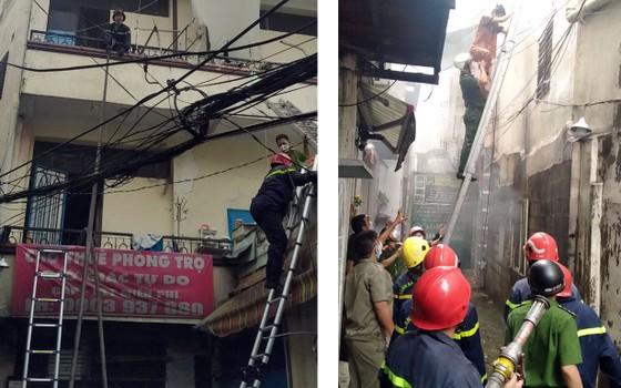 Cảnh sát giải cứu 5 người mắc kẹt và hướng dẫn 35 người thoát khỏi vụ cháy nhà ở quận 10 ảnh 4