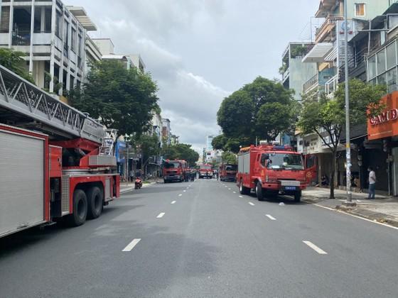Cảnh sát giải cứu 5 người mắc kẹt và hướng dẫn 35 người thoát khỏi vụ cháy nhà ở quận 10 ảnh 2