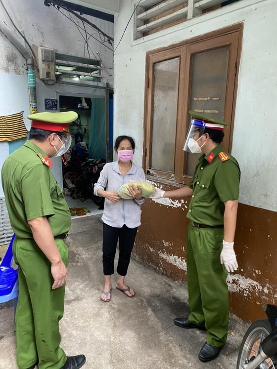 Cảnh sát PCCC trao quà cho người dân, trẻ em có hoàn cảnh khó khăn do dịch Covid-19 ảnh 3