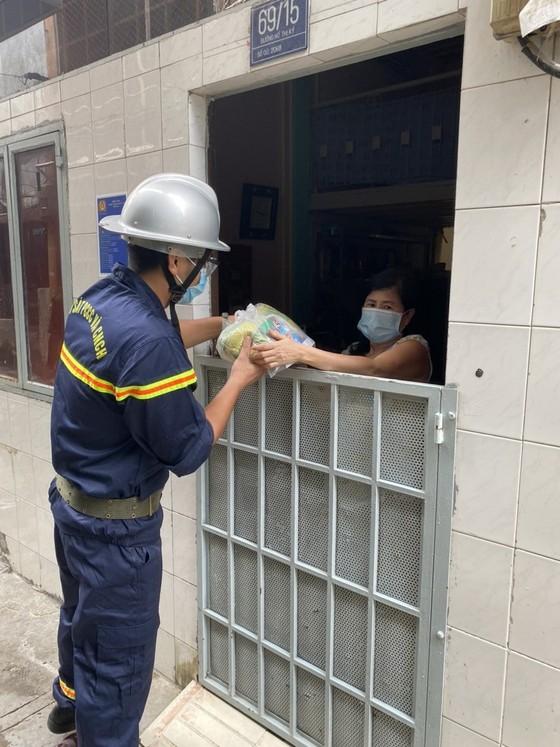 Cảnh sát PCCC trao quà cho người dân, trẻ em có hoàn cảnh khó khăn do dịch Covid-19 ảnh 2
