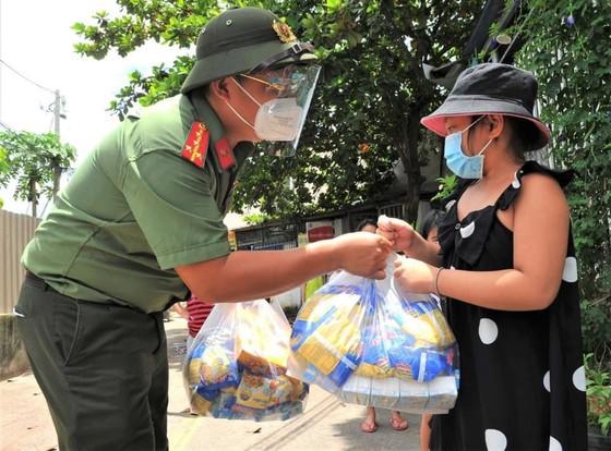 Công an TPHCM trao nhu yếu phẩm tận tay người dân khó khăn do dịch Covid-19 ở quận 4 ảnh 11