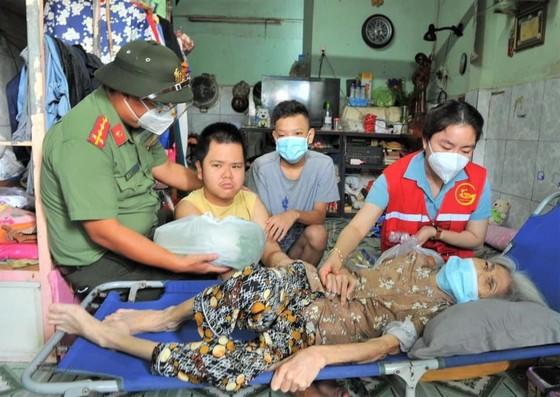 Công an TPHCM trao nhu yếu phẩm tận tay người dân khó khăn do dịch Covid-19 ở quận 4 ảnh 10