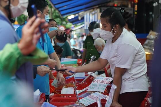 Người dân tập trung đông chờ mua bánh Trung thu ở cửa hàng tại quận 1 ảnh 3