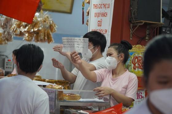 Người dân tập trung đông chờ mua bánh Trung thu ở cửa hàng tại quận 1 ảnh 11