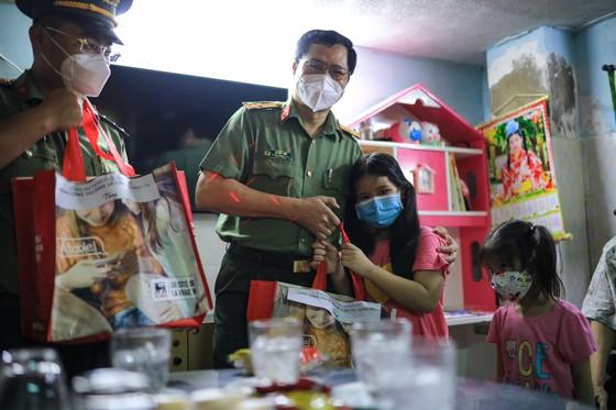 Gần 3.000 phần quà tới tay người dân trên địa bàn quận 8 ảnh 11