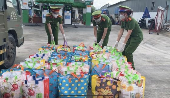 Gần 3.000 phần quà tới tay người dân trên địa bàn quận 8 ảnh 4