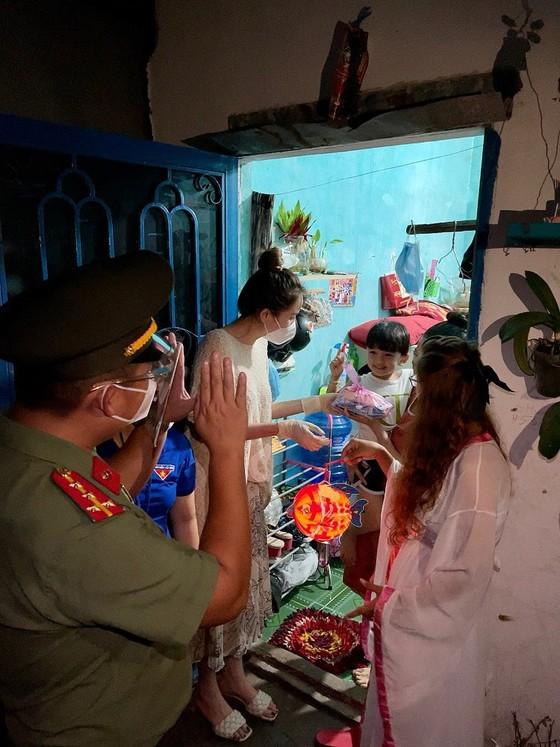 CSGT TPHCM trao 2.500 phần quà Trung thu tới các cháu thiếu nhi ở TP Thủ Đức ảnh 15