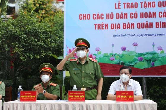 Công an TPHCM trao quà cho người dân ở khu phong tỏa quận Bình Thạnh ảnh 1