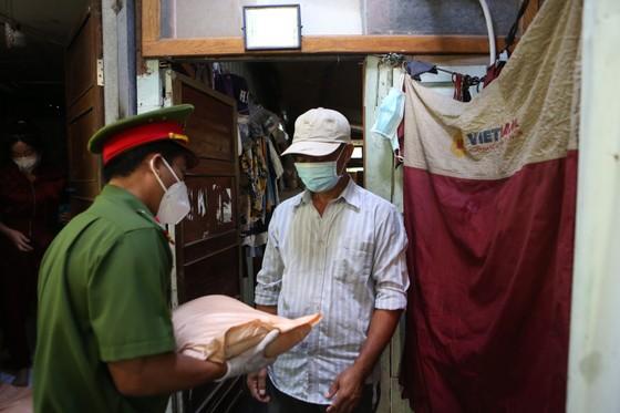Công an TPHCM trao quà cho người dân ở khu phong tỏa quận Bình Thạnh ảnh 6