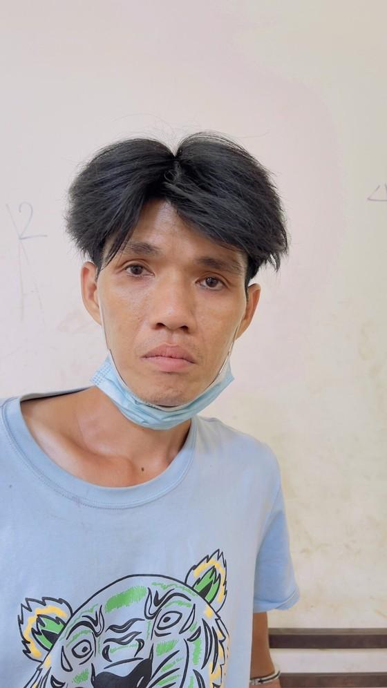Thanh niên dương tính chất ma tuý dùng dao tấn công khiến công an và bảo vệ dân phố bị thương ảnh 1