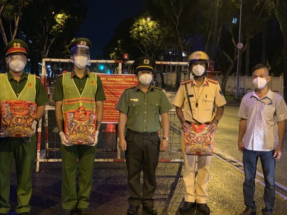 Công an TPHCM tặng 15 tấn gạo cùng nhu yếu phẩm cho người dân huyện Hóc Môn ảnh 8