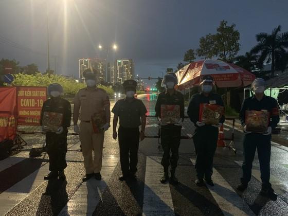 Công an TPHCM tặng 15 tấn gạo cùng nhu yếu phẩm cho người dân huyện Hóc Môn ảnh 9