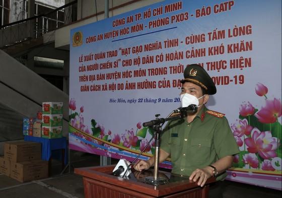 Công an TPHCM tặng 15 tấn gạo cùng nhu yếu phẩm cho người dân huyện Hóc Môn ảnh 2