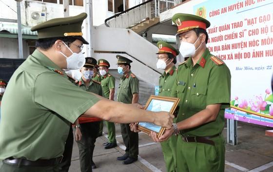 Công an TPHCM tặng 15 tấn gạo cùng nhu yếu phẩm cho người dân huyện Hóc Môn ảnh 1