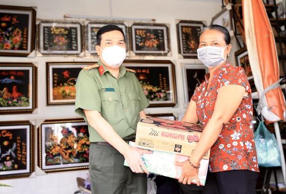 Công an TPHCM tặng 15 tấn gạo cùng nhu yếu phẩm cho người dân huyện Hóc Môn ảnh 3