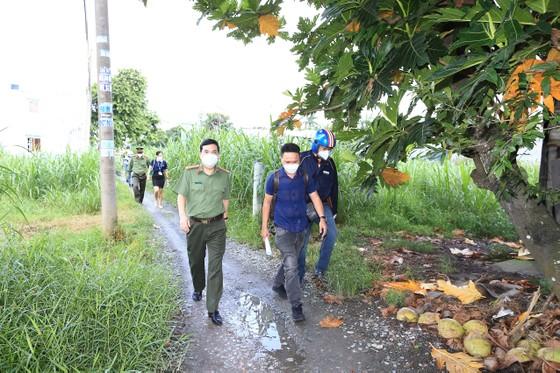 Công an TPHCM tặng 15 tấn gạo cùng nhu yếu phẩm cho người dân huyện Hóc Môn ảnh 4
