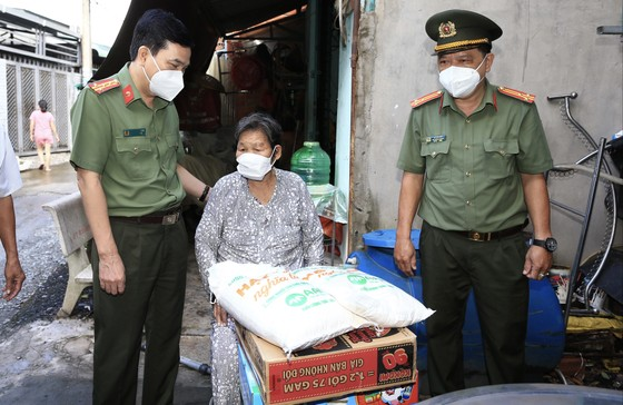 Công an TPHCM tặng 15 tấn gạo cùng nhu yếu phẩm cho người dân huyện Hóc Môn ảnh 6