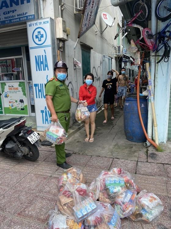 Cảnh sát khu vực hỗ trợ sản phụ ở 'vùng đỏ' đi sinh kịp thời ở TP Thủ Đức ảnh 2