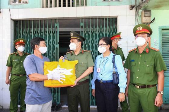 Lãnh đạo Công an TPHCM tới tận nhà trao gạo, nhu yếu phẩm...cho bà con khó khăn ở quận 3 ảnh 6