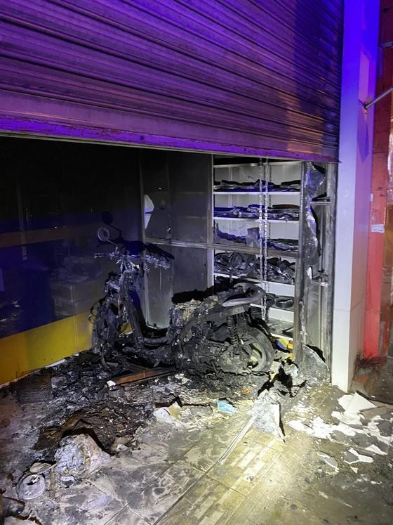 Cứu kịp thời đôi vợ chồng khỏi căn nhà bốc cháy ở TP Thủ Đức ảnh 1