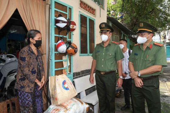 Công an TPHCM tặng gạo, nhu yếu phẩm cùng tủ thuốc 0 đồng cho người dân quận Phú Nhuận ảnh 3
