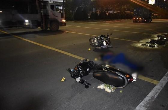 Khởi tố vụ án xe máy vượt xe không đúng quy định gây tai nạn giao thông ảnh 1