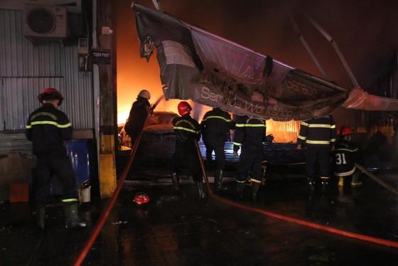 Cháy gara ô tô ở quận 7, nhiều xe bị thiêu rụi ảnh 1