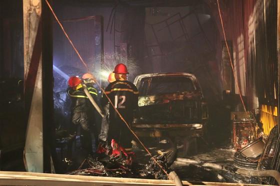 Cháy gara ô tô ở quận 7, nhiều xe bị thiêu rụi ảnh 2