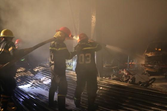 Cháy gara ô tô ở quận 7, nhiều xe bị thiêu rụi ảnh 4